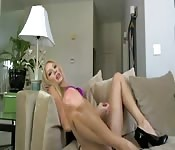 Niesamowity striptiz napalonej blond laski