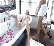 Beccata a masturbarsi nella vasca