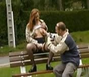 Une rousse française baise dans le parc