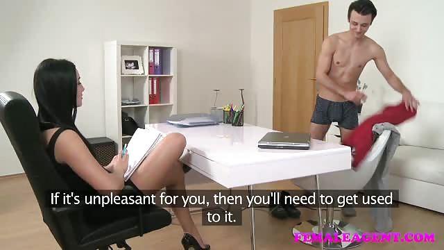 Casting porno con un giovane perverso che si mette sul divano e al inizio si.