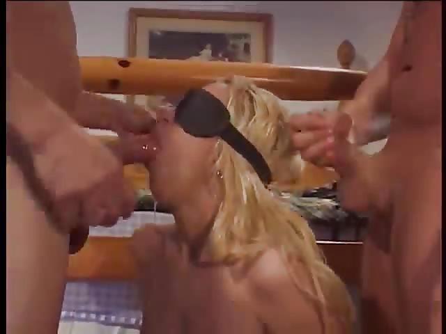 Double pénétration pour la chaude blonde