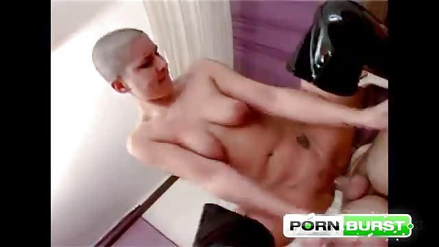 Questa castana magra e sexy sa cosa fare del suo corpo meraviglioso.