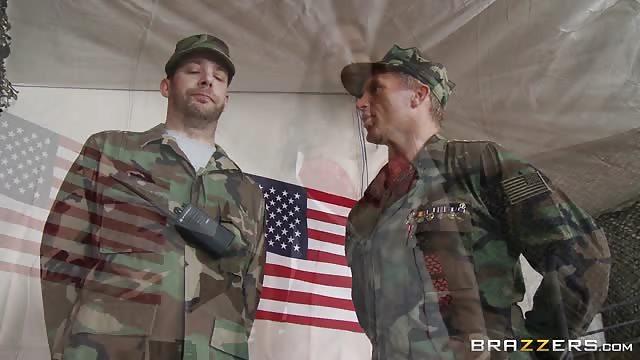 hommes militaires avec de grosses queues