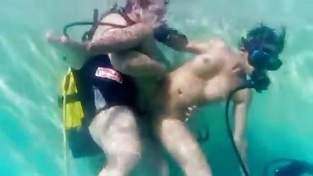 sesso in piscina porno eccitante