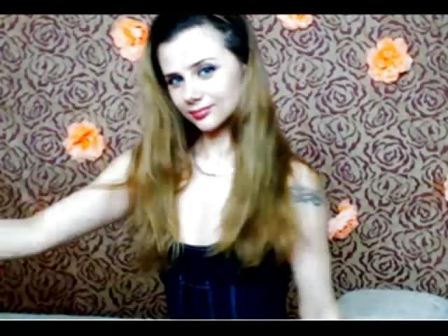 Ecco a voi una gran bella brunetta che si mostra nuda e arrapata davanti alla webcam.