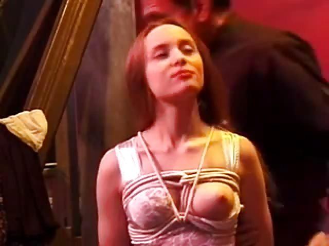 Une jeune esclave fétiche BDSM