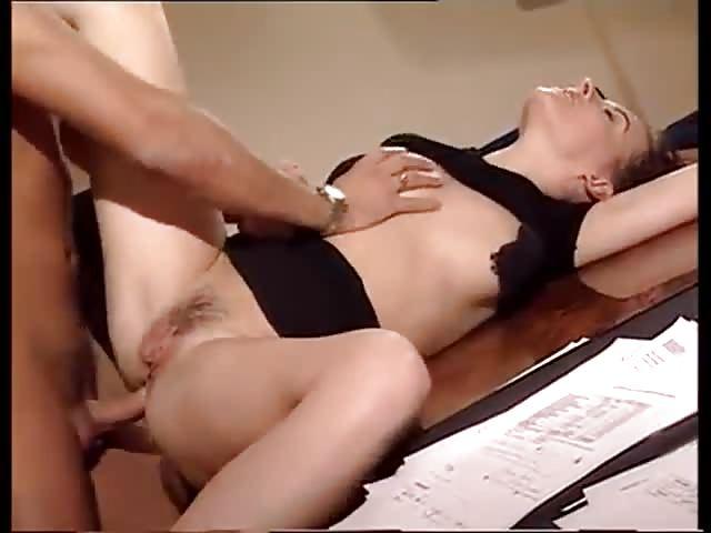 Une sodomie au bureau très coquine