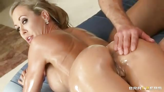 Gorgeous MILF gets an amazing massage