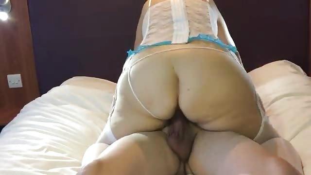 donna cavalca un grosso pene